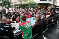 V8 Supercars, rijders signeren handtekeningen