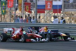 Фелипе Масса, Scuderia Ferrari едет впереди Себастьяна Феттеля, Red Bull Racing