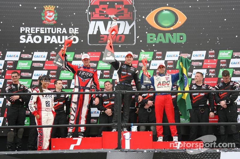 Podium: race winnaar Will Power, Team Penske, 2de Ryan Hunter-Reay, Andretti Autosport, 3de Vitor Me