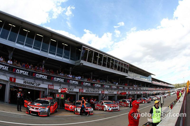 Auto's in de pitstraat en race 1 wordt voorbereid