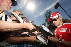 Felipe Massa signe des autographes