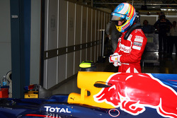 Fernando Alonso, Scuderia Ferrari looking at the car of Mark Webber, Red Bull Racing