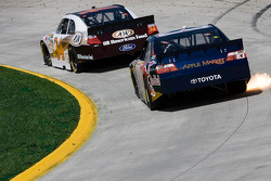 Travis Kvapil, Front Row Motorsports avec Yates Racing Ford, Brian Vickers, Red Bull Racing Team Toyota