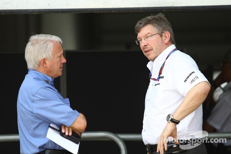 Charlie Whiting, FIA safety delegate, Race director en offical starter met Ross Brawn Team Principal