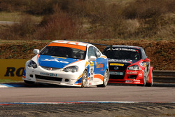 John George Sunshine.co.uk Honda Integra, leidt voor Shaun Hollamby AmD Racing VW Golf