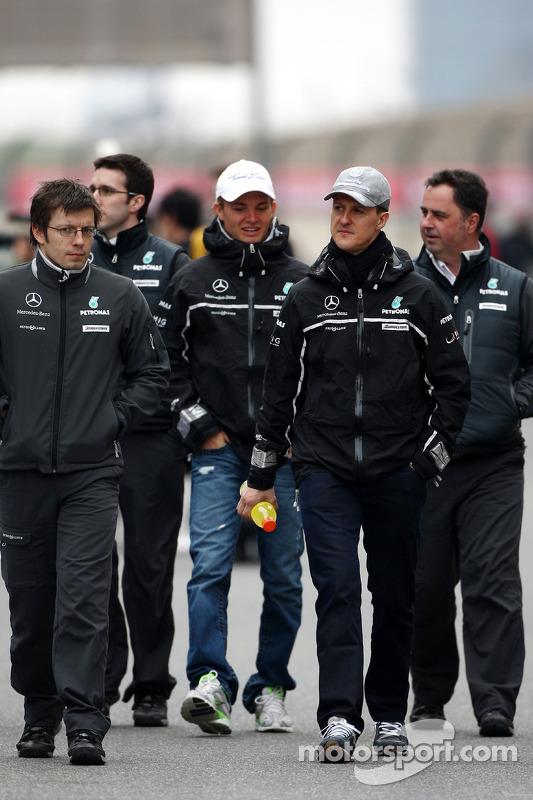 Nico Rosberg, Mercedes GP en Michael Schumacher, Mercedes GP wandelen op circuit