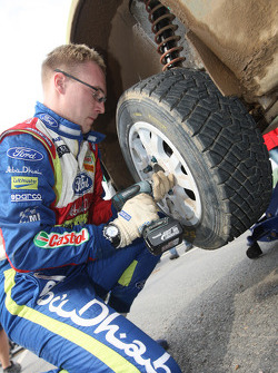 Jari-Matti Latvala oefent wielverwisseling