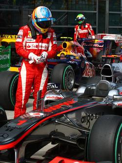 Fernando Alonso, Scuderia Ferrari takes a look at the McLaren