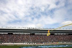 Start: Tony Stewart, Stewart-Haas Racing Chevrolet leads the field