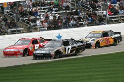 Kasey Kahne, Richard Petty Motorsports Ford, Matt Kenseth, Roush Fenway Racing Ford et Jeff Burton, Richard Childress Racing Chevrolet