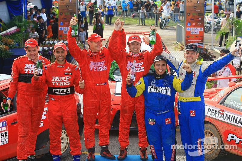 2de plaats, Gaurav Gill met co-rijder Glen Macneall, winnaar, Katsu Taguchi met co-rijder Mark Stacey ,derde, Rifat Sungkar met co-rijder Scott Beckwith