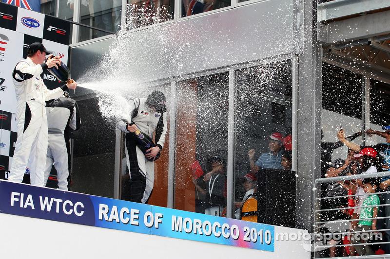 Race winnaar Philipp Eng met champagne op het podium met Dean Stoneman en Will Bratt