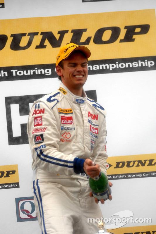 Race winnaar Tom Chilton met Champagne