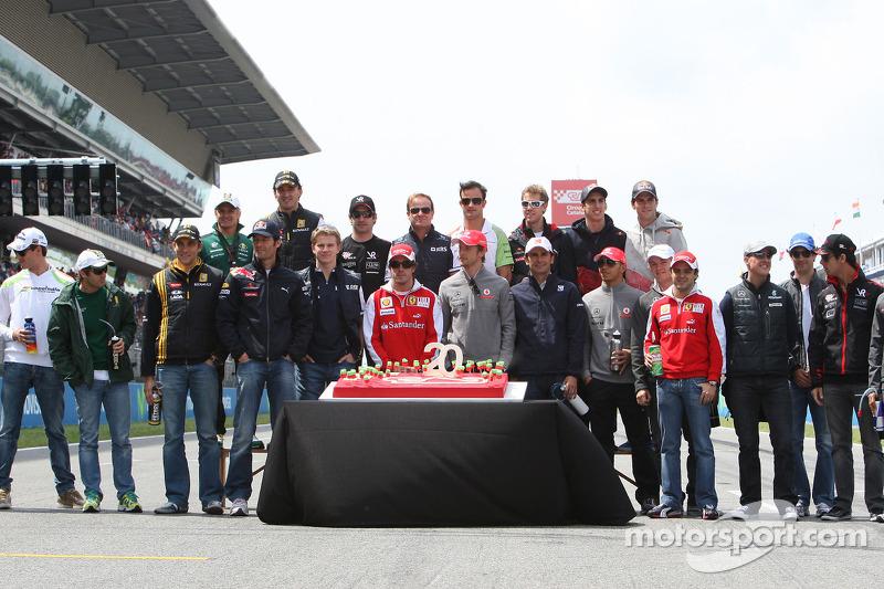 Rijders met taart voor 20ste verjaardag GP