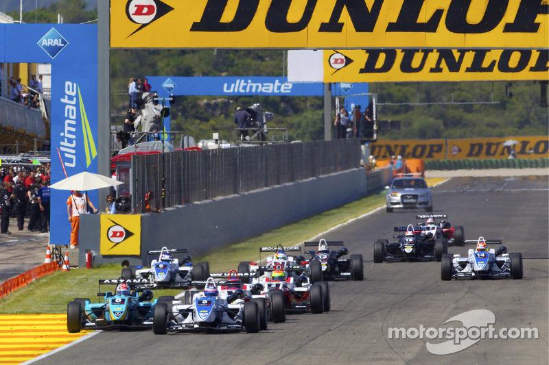 Start: Edoardo Mortara, Signature Dallara F308 Volkswagen naar de leiding voor Daniel Juncadella, Prema Powerteam Dallara F308 Mercedes