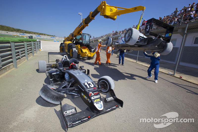 Crash: Antonio Felix da Costa, Motopark Academy Dallara F308 Volkswagen en Roberto Merhi, Mücke Motorsport Dallara F308 Mercedes