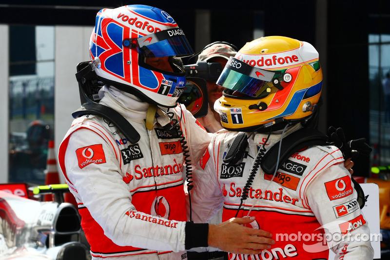 Race winnaar Lewis Hamilton, McLaren Mercedes, 2de Jenson Button, McLaren Mercedes
