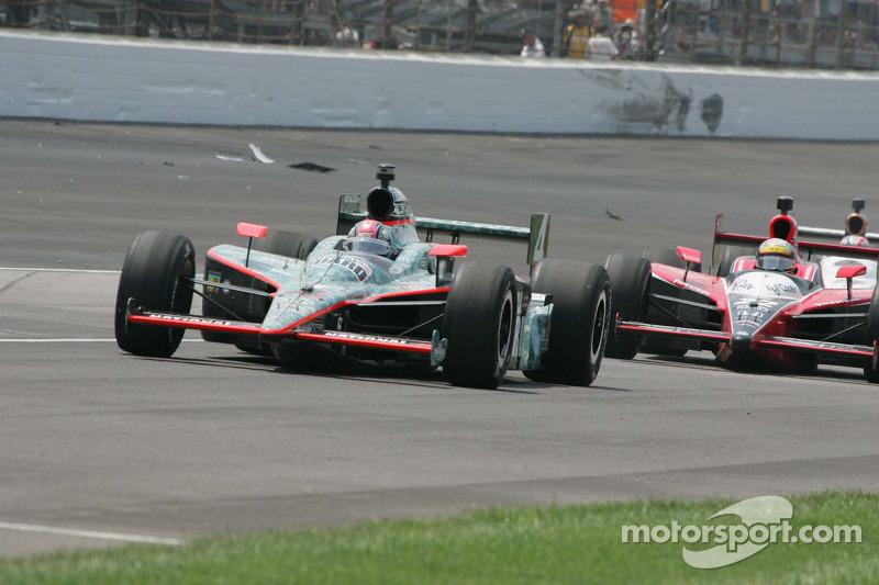 Dan Wheldon, Panther Racing rijdt langs de brokstukken na het ongeval van Raphael Motos