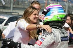vainqueur Bruno Spengler, Team HWA AMG Mercedes C-Klasse fête son succès avec sa petite amie Franziska Nikoleit
