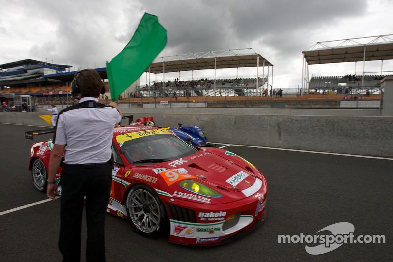 Koersdirecteur Daniel Poissenot zwaait de groene vlag: #95 AF Corse Ferrari F430 GT: Giancarlo Fisichella, Jean Alesi, Toni Vilander