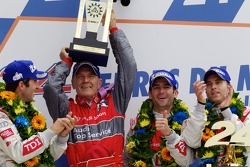 LMP1 podium: class et toutes catégories vainqueurs Mike Rockenfeller, Romain Dumas  et Timo Bernhard font la fête avec Dr. Wolfgang Ullrich