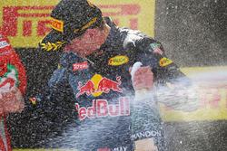 Winnaar Max Verstappen, Red Bull Racing viert met champagne op het podium