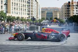 Carlos Sainz Jr. bestuurt de Red Bull RB7 aan het Beirut Waterfront in Libanon