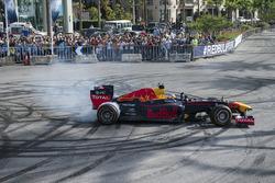 Carlos Sainz Jr. drives the Red Bull RB7 en el puerto de Beirut en Líbano