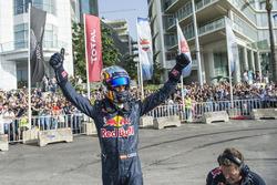 Carlos Sainz Jr. grüßt die Zuschauer