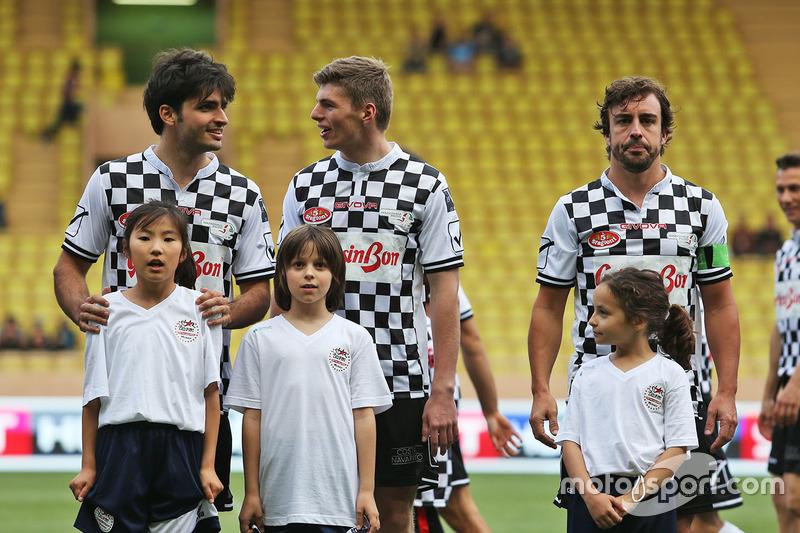 Carlos Sainz, Scuderia Toro Rosso; Max Verstappen, Red Bull Racing y Fernando Alonso, McLaren en un partido de fútbol benéfico