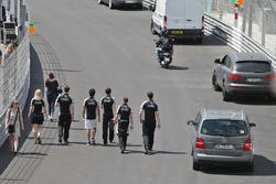Sergio Perez, Sahara Force India F1 ispeziona il circuito con il team