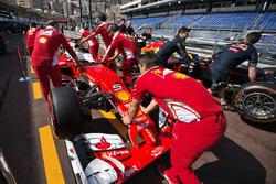 Ferrari SF16-H та Red Bull Racing RB12 на піт-лейн