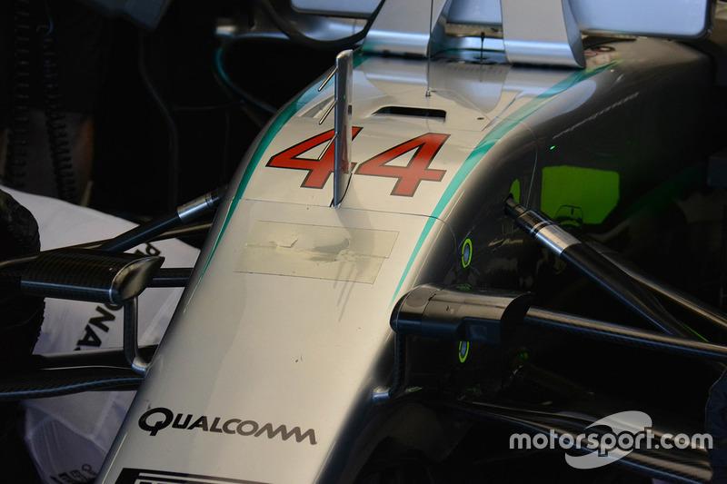 Il muso danneggiato riparato con del nastro della Mercedes AMG F1 W07 Hybrid di Lewis Hamilton