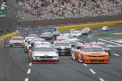 Joey Logano, Team Penske Ford, und Denny Hamlin, Joe Gibbs Racing Toyota
