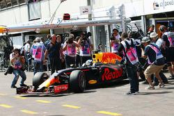 Макс Ферстаппен, Red Bull Racing RB12 выезжает из гаража