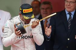 Переможець Льюїс Хемілтон, Mercedes AMG F1 святкує на подіумі