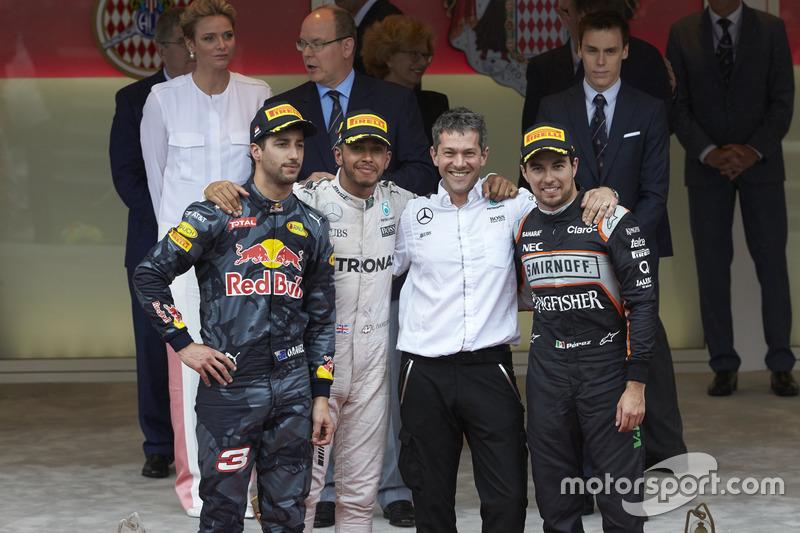 Podio: Daniel Ricciardo Red Bull Racing segundo lugar Lewis Hamilton, Mercedes AMG F1 ganador de la carrera y  Sergio Pérez, Sahara Force India F1, tercer lugar con Nathan Davey, Mercedes AMG F1