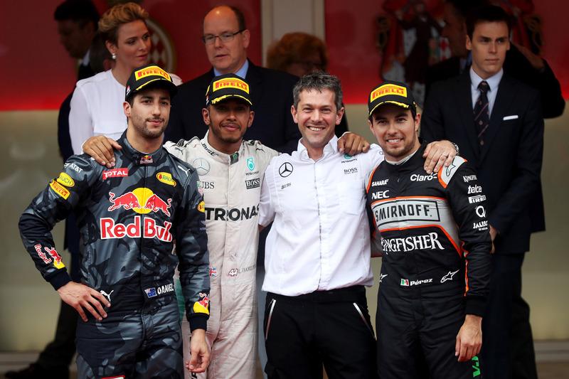 Mercedes AMG F1 Lewis Hamilton celebra su victoria en el podio con Daniel Ricciardo, Red Bull Racing y Sergio Pérez, Force India