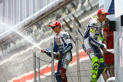 Podium: pemenang Valentino Rossi, Yamaha Factory Racing, peringkat kedua Jorge Lorenzo, Yamaha Factory Racing