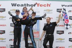 Winnaars #10 Wayne Taylor Racing Corvette DP: Ricky Taylor, Jordan Taylor met vader Wayne Taylor