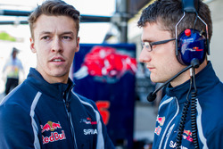 Daniil Kvyat, Scuderia Toro Rosso chats with his Race Engineer