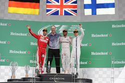 المنصة: الفائز بالسباق لويس هاميلتون، مرسيدس، المركز الثاني سيباستيان فيتيل، فيراري، المركز الثالث فالتيري بوتاس، ويليامز
