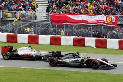 Sergio Perez, Sahara Force India F1 VJM09 and Romain Grosjean, Haas F1 Team VF-16 battle for position
