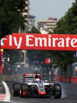 Romain Grosjean, Haas F1 Team VF-16, bloque une roue au freinage
