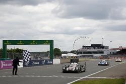Zielfalgge für den Sieger #2 Porsche Team Porsche 919 Hybrid: Romain Dumas, Neel Jani, Marc Lieb