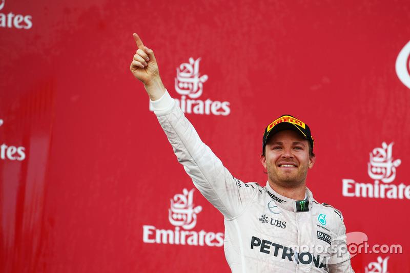 Yarış galibi Nico Rosberg, Mercedes AMG F1 podyumda seviniyor