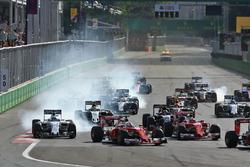Felipe Massa, Williams FW38, und Sebastian Vettel, Ferrari SF16-H, beim Rennstart