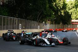 Льюис Хэмилтон, Mercedes AMG F1 W07 Hybrid и Ромен Грожан, Haas F1 Team VF-16 - борьба за позицию