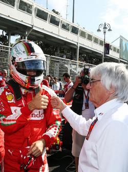 (Balról - Jobbra): Sebastian Vettel (Ferrari) és Bernie Ecclestone, a rajtrácson