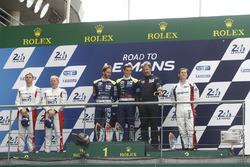 Podium LMP3: para pemenang Thomas Laurent, Alexandre Cougnaud, DC Racing, peringkat kedua Martin Brundle, Christian England, United Autosports, peringkat ketiga John Falb, Graff